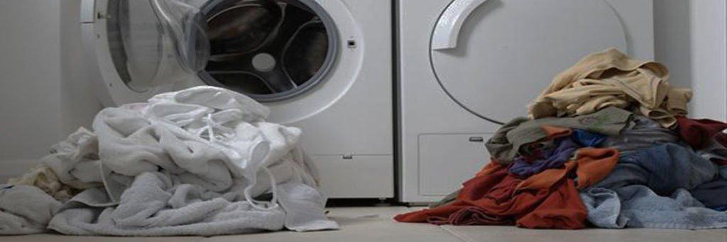 Phân loại quần áo trước khi bỏ vào máy giặt