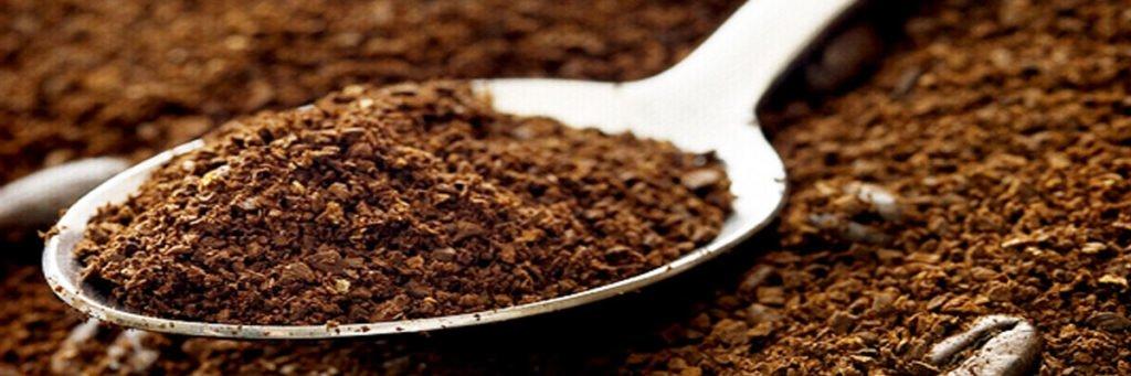 Sử dụng bột cà phê là cách hiệu quả để khử sạch mùi hôi trên ly nhựa